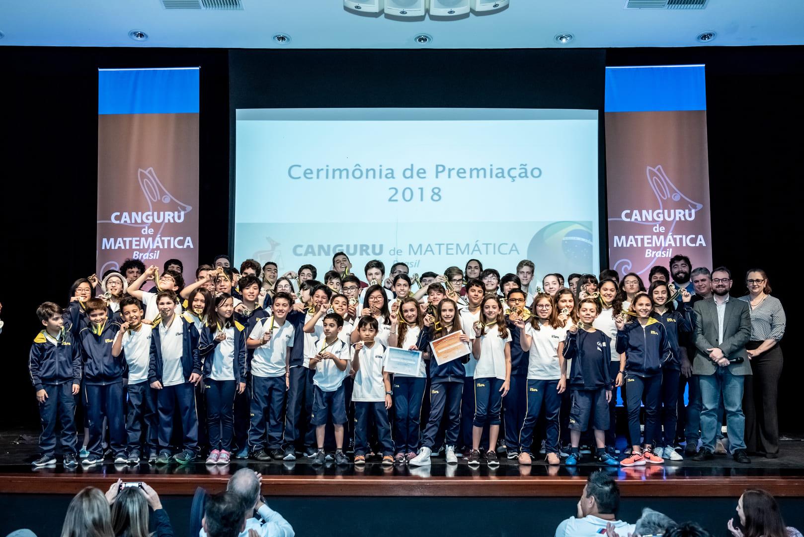 Alunos do Ensino Fundamental e Médio, da unidade Valinhos, com suas medalhas no Canguru de Matemática.