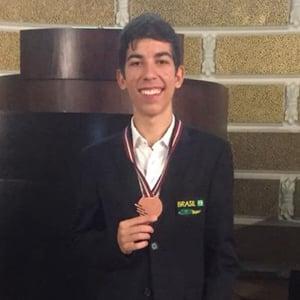Resultados do Etapa em competições estudantis: aluno do Colégio conquista bronze na EuPhO.