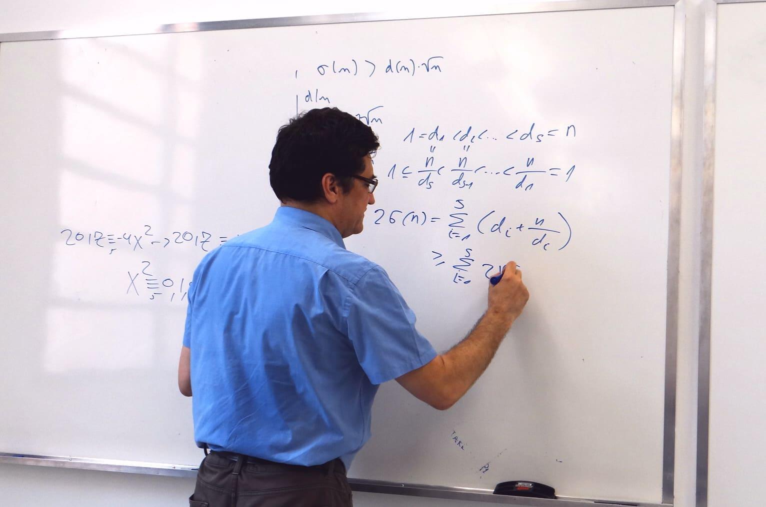 Géza Kós é professor e especialista em olimpíadas de Matemática.