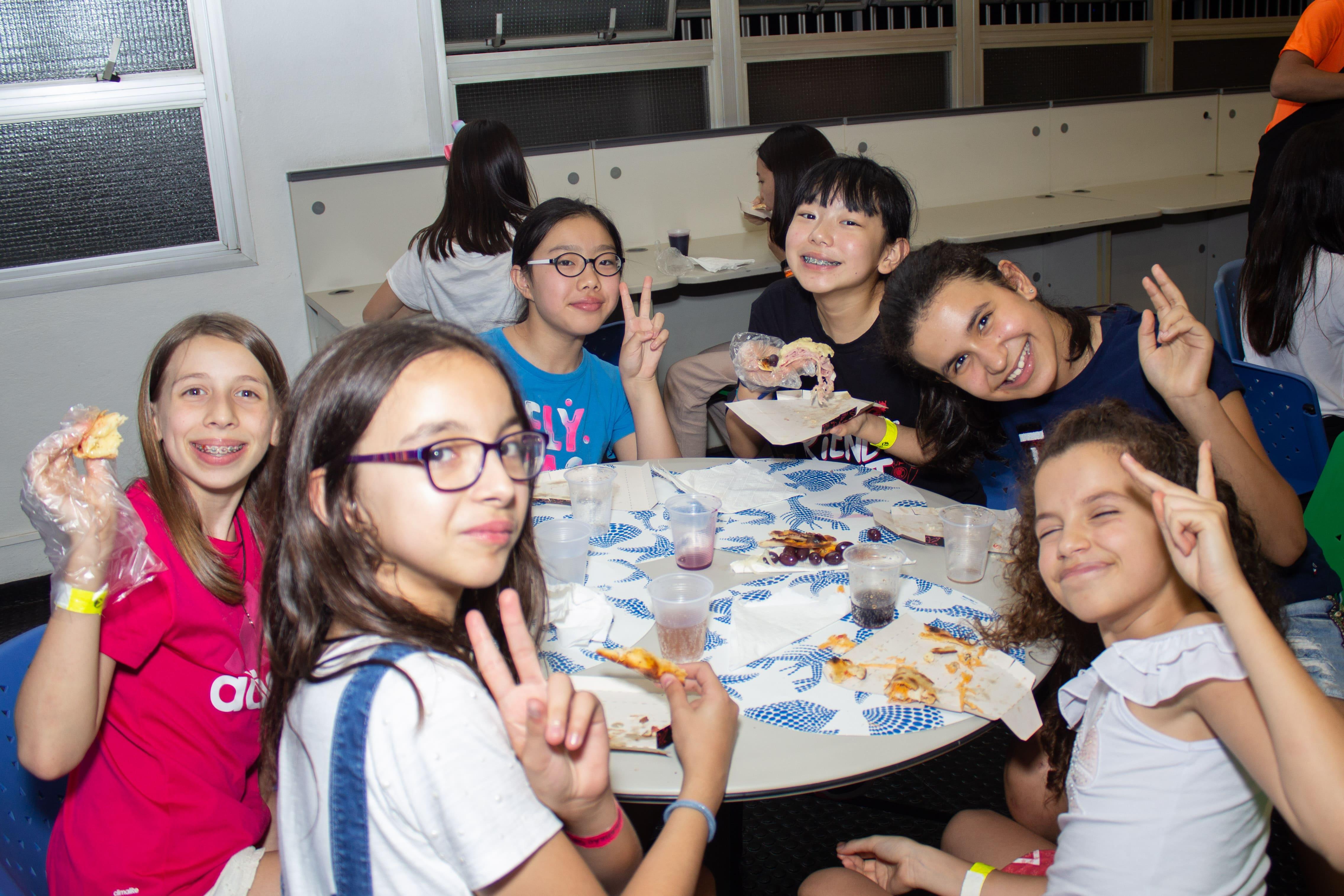 O Acampadentro contou com uma programação especial, com jogos, brincadeiras, rodada de pizza e até uma balada.