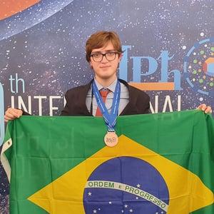 Resultados do Etapa em competições estudantis: aluno do Colégio conquista bronze na IPhO.