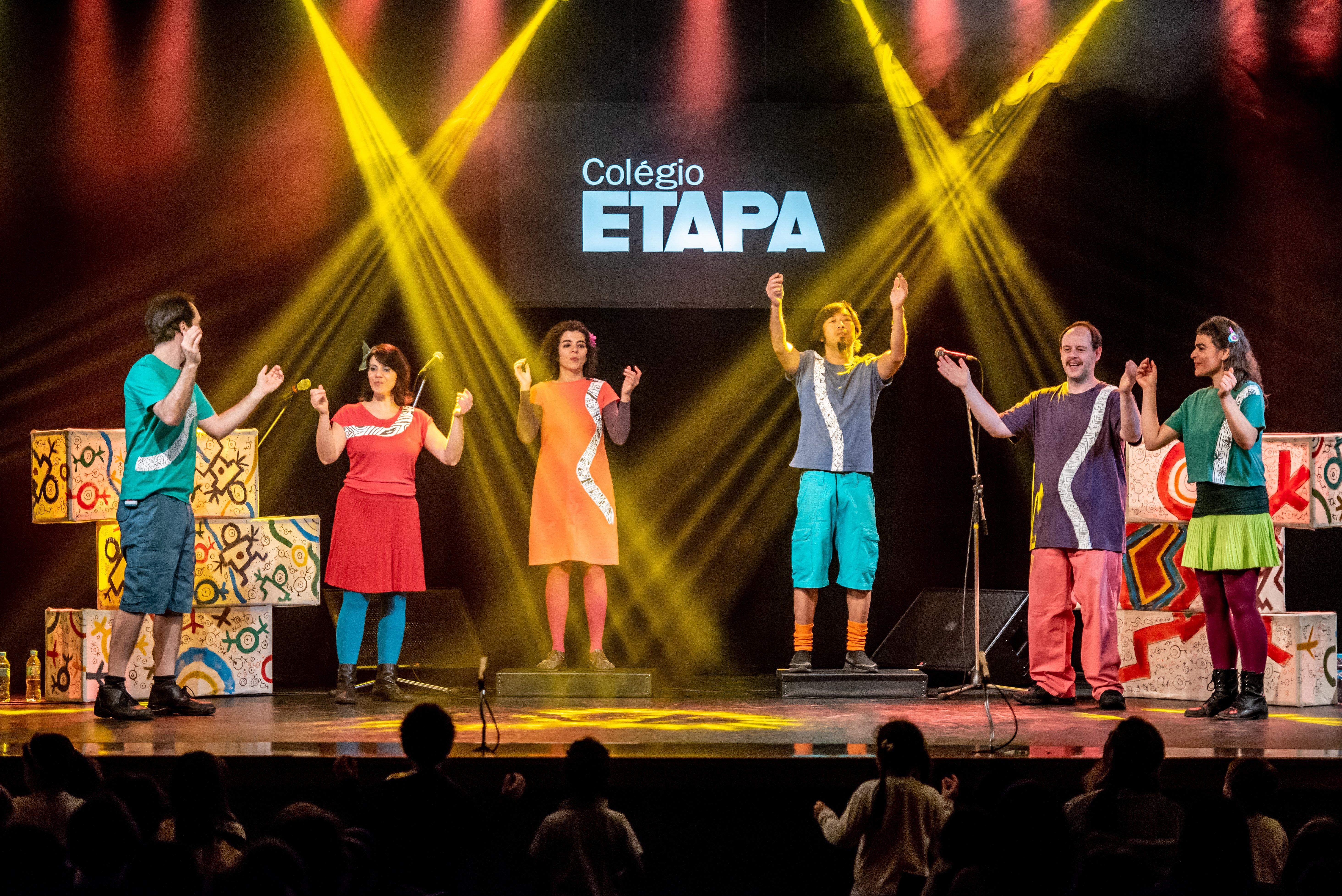 Os shows do grupo musical Barbatuques são experiências musicais que levam o público a explorar a diversidade de timbres do próprio corpo.