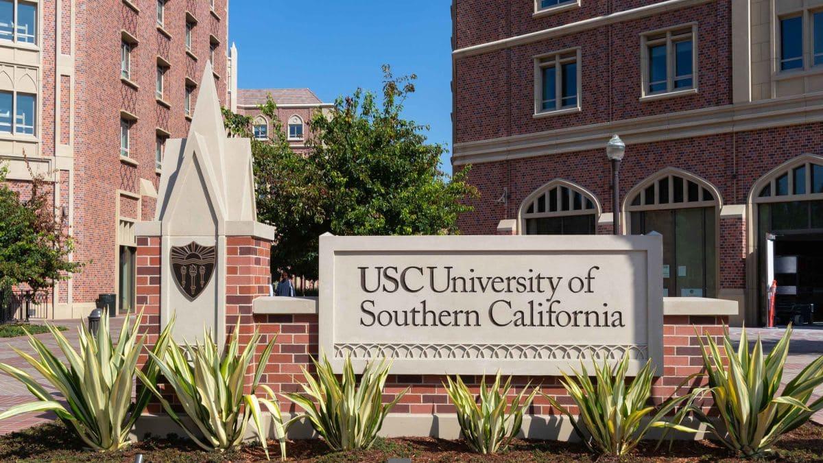 A University of Southern California concedeu uma bolsa integral a Flora Lyz Ferrari Frank