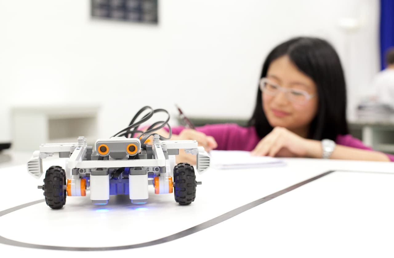 Da educação básica ao ensino superior: confira as vantagens de um laboratório de inovação para estudantes de diferentes faixas etárias e níveis formativos.